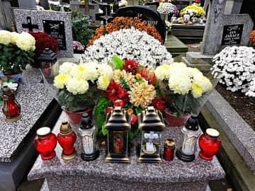 Kradzież na cmentarzu. Poznaj sposoby ochrony nagrobka