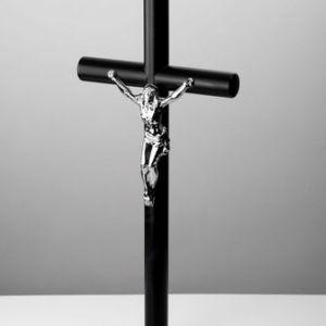 czarny krzyż stojący z pasyjką 432