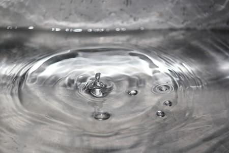 czyszczenie granitu wodą i szmatką