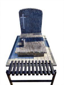 nagrobek urnowy z niebieskiego granitu z kostką polbrukową i ławką na cmentarz