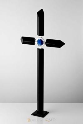 czarny krzyż stojący z niebieskim kryształem KS13b